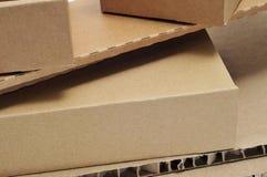 Boîtes en carton et carton ondulé Images stock