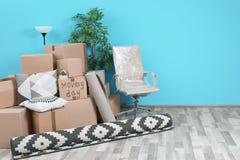 Boîtes en carton et substance de ménage dans la chambre vide, l'espace pour le texte photo stock