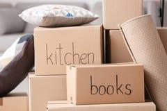 Boîtes en carton et substance de ménage, plan rapproché photographie stock