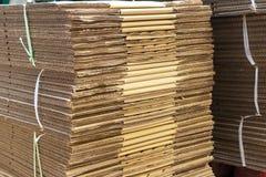 Boîtes en carton ondulé brunes empilées Photographie stock