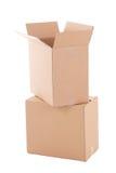 Boîtes en carton ondulé Open prêtes pour le jour mobile au-dessus du blanc Photos libres de droits