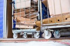 boîtes en carton rassemblées à un centre de réutilisation image stock