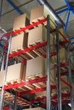 Boîtes en carton sur des palettes et des supports dans l'entrepôt photographie stock