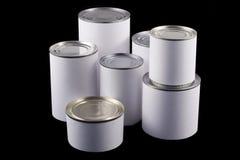 Boîtes en fer blanc blanches sur le fond noir Photo libre de droits