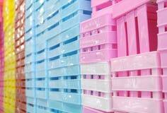 Boîtes en plastique colorées Image stock
