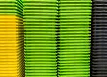Boîtes en plastique empilées colorées photo stock