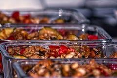 Boîtes en verre avec la nourriture Photographie stock libre de droits