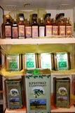 Boîtes et bouteilles d'huile d'olive, Rethymno Images libres de droits