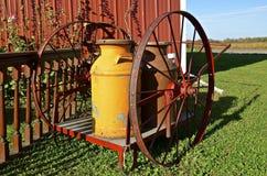 Boîtes et chariot crèmes peints de roue Photos stock