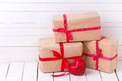 Boîtes et coeur décoratif rouge sur le fond en bois blanc Photos stock