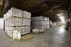 Boîtes et sacs dans l'entrepôt Image stock