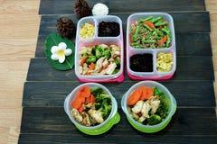 Boîtes faites maison de nourriture propre, préparation de repas pour l'alimentation saine image stock