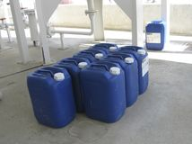 Boîtes métalliques avec de l'ammoniaque Images stock