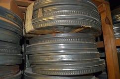 boîtes métalliques de film de 35mm photographie stock libre de droits