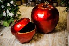 Boîtes mignonnes de porcelaine sous forme de pommes rouges Image libre de droits