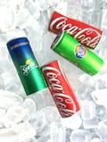 Boîtes minces de boisson non alcoolisée de soda sur le fond de glace images stock
