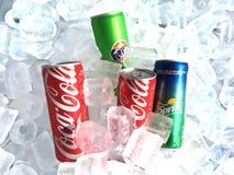 Boîtes minces de boisson non alcoolisée de soda sur le fond de glace photographie stock libre de droits