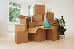 Boîtes mobiles dans la nouvelle maison photographie stock