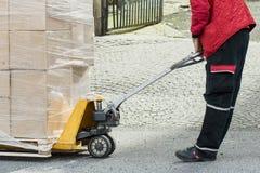 Boîtes mobiles de transporteur utilisant un chariot élévateur Photo stock