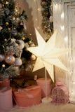 Boîtes roses avec des cadeaux sous l'arbre vert pâle artificiel L'atmosphère à la maison confortable du festival photographie stock libre de droits