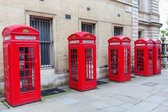 Boîtes rouges traditionnelles de téléphone à Londres Photographie stock libre de droits