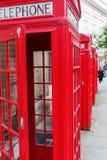 Boîtes rouges traditionnelles de téléphone à Londres Images stock