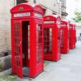 Boîtes rouges traditionnelles de téléphone à Londres Image libre de droits