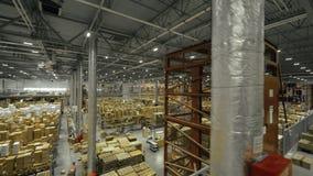 Boîtes stockées sur de hautes étagères dans la grande vue industrielle de bourdon d'entrepôt banque de vidéos