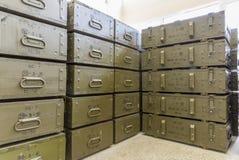 Boîtes vertes de munitions avec les grenades propulsées par roquette (RPG) Images stock