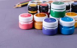 Boîtes vibrantes colorées de gouache Placez pour la créativité du ` s d'enfants Images stock