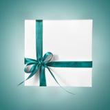 Boîtier blanc actuel de vacances avec le ruban bleu sur un fond de gradient Photos libres de droits