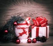 Boîtier blanc avec la tasse de cadeau de Noël et de Noël sur un t en bois Images stock