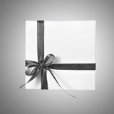 Boîtier blanc d'isolement de présent de vacances avec Grey Ribbon sur un fond de gradient Images stock
