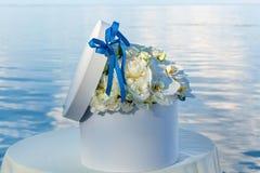 Boîtier blanc rond avec des fleurs Image libre de droits