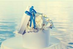 Boîtier blanc rond avec des fleurs Photo libre de droits