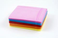 Boîtiers en plastique colorés par CD d'isolement sur le blanc Images stock