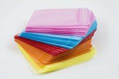 Boîtiers en plastique colorés par CD d'isolement sur le blanc Photos stock