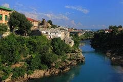 Bośnia, Herzegovina i Mostar - krajobraz wokoło Neretva rzeki widzieć od Starego mosta obrazy stock
