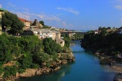 Bośnia, Herzegovina i Mostar - krajobraz wokoło Neretva rzeki widzieć od Starego mosta fotografia royalty free