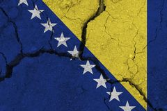 Bośnia i Herzegovina flaga na krakingowej ziemi obraz stock