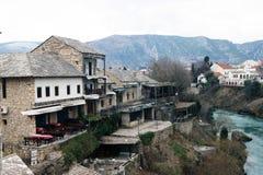 Bośnia i Herzegovina, Mostar - 07/08/2015: Stara część miasto, budująca na bankach Neretva rzeka Obrazy Royalty Free