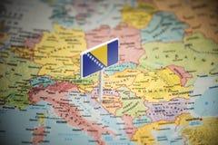 Bośnia i Herzegovina zaznaczający z flagą na mapie fotografia royalty free
