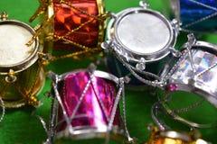 Boże Narodzenia bębnią na zielonym tle Fotografia Stock