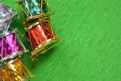 Boże Narodzenia bębnią na zielonym tle Zdjęcia Royalty Free