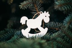 Boże Narodzenia bawją się białą drewnianą końską dekorację na drzewie dla nowego roku zdjęcia royalty free
