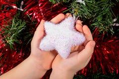 Boże Narodzenia Bawją się bielu dziecka chłopiec mienia Gwiazdowe ręki pocztówka Zdjęcie Stock