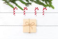 Boże Narodzenia bawją się lizaki wiesza na choince w i pudełku fotografia stock