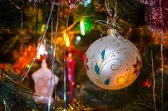 Boże Narodzenia bawją się na choince z świecącym festonu zbliżeniem Nowego Roku wakacyjny tło obraz stock