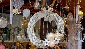 Boże Narodzenia bawją się przy sklepem w ulicie zdjęcie stock