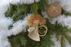 Boże Narodzenia bawją się w postaci anioła i złocistej sfery Zdjęcie Stock